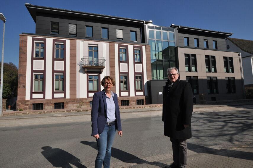 Gabriele Böker und Kreisdirektor Klaus Schumacher stehen vor dem neuen Kreisgebäude.